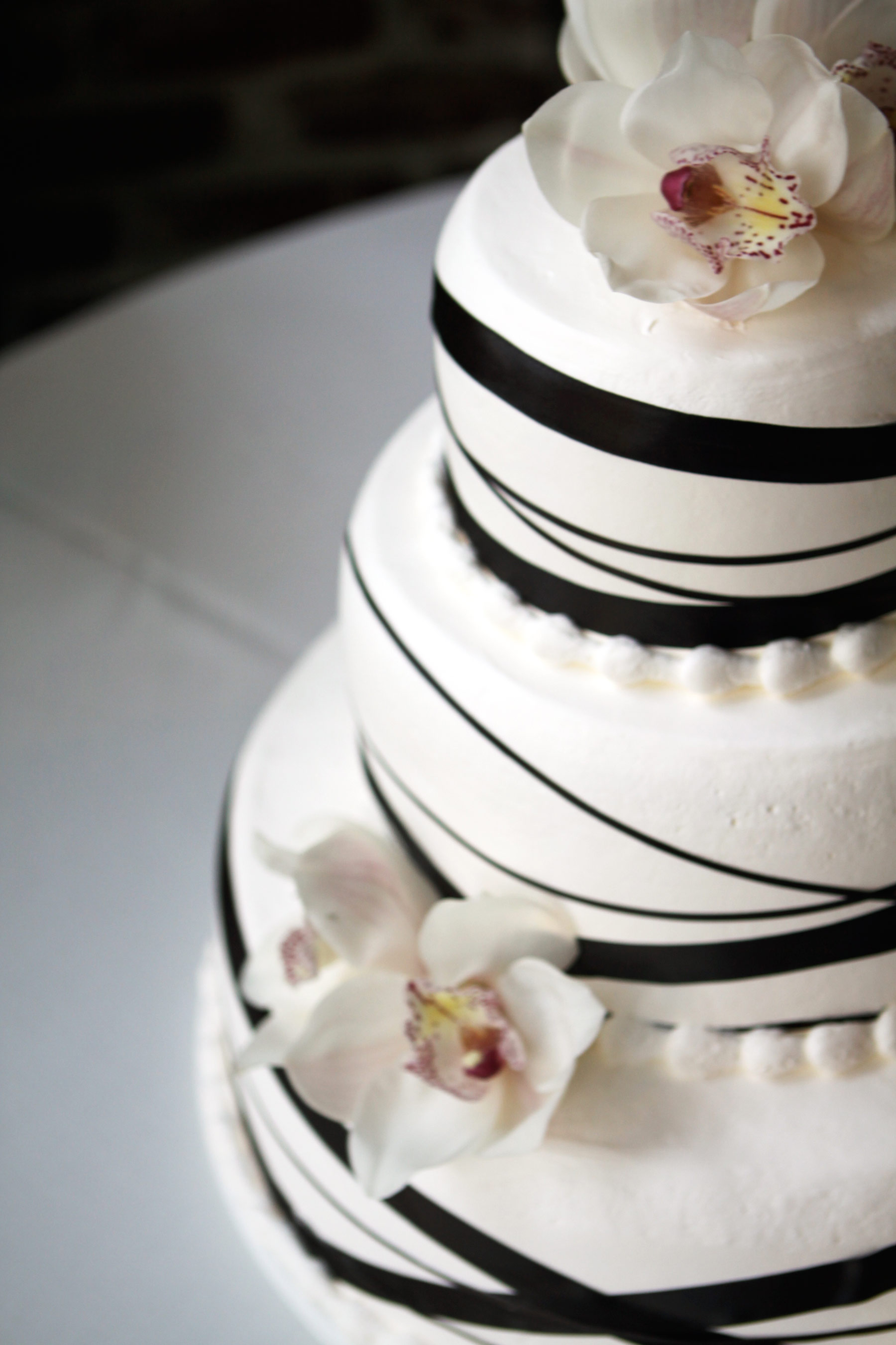 wedding cakes with ribbon